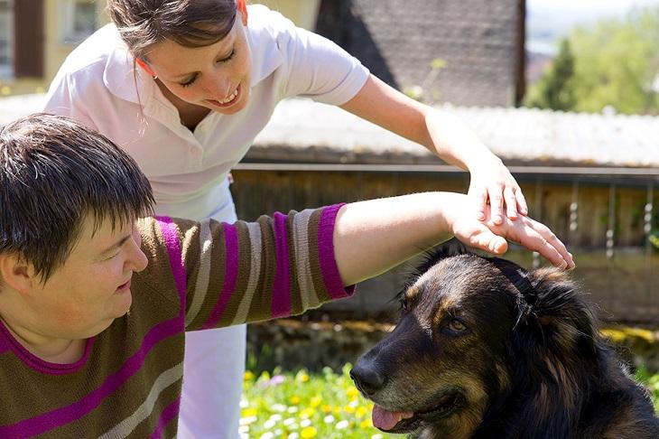 Persona con perro de terapia