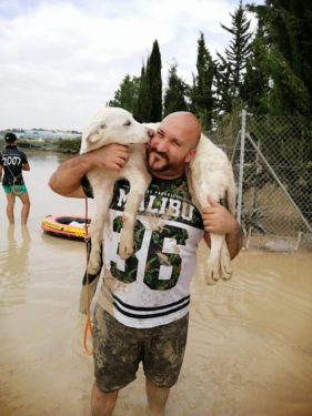 Andrés Pete, rescatista de animales durante la gota fría