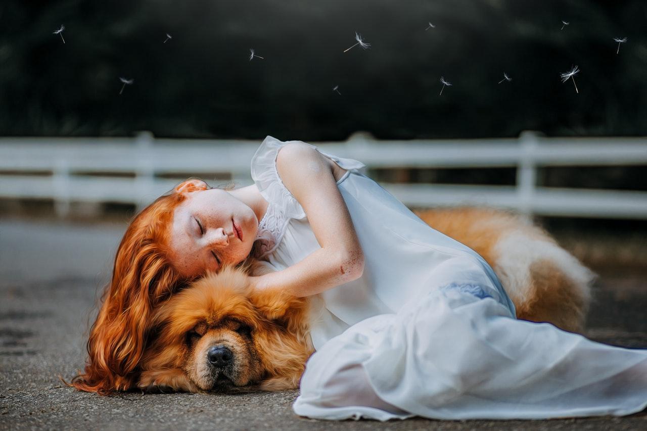 Niño durmiendo con perro